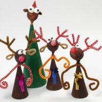 Rensdyr af papkegler, styroporkugler og farvede piberensere malet med hobbymaling