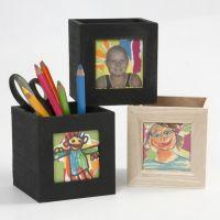 Lille kasse af træ til opbevaring, dekoreret med collage