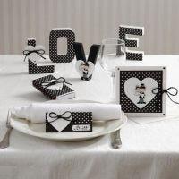 Kort og bordpynt med hjerte og brudepar