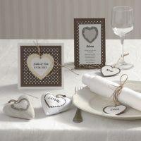Invitation, bordkort og bordpynt med hjerter i naturfarver