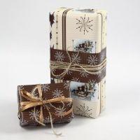 Julegaveindpakning i naturfarver med designpapir fra Vivi Gade