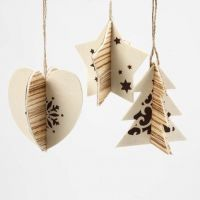 Todelte ophæng med træfinér og grafiske julemotiver
