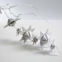 Guirlande af flettede julestjerner med pyramideform