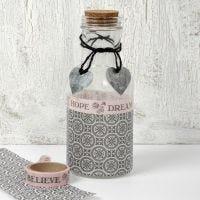 Glasflaske med decoupage og pynt