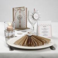 Bordpynt, bordkort og invitation med pynt af rosetter og hampsnøre