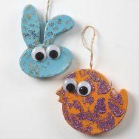 Ophæng af malet papdyr med rulleøjne, mønster og glitter