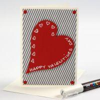 Valentinskort med designpapir og rødt hjerte af karton