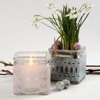 Påskedekoration i lysglas dekoreret med klippet silkepapir og glitter