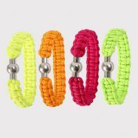 Knyttet armbånd af neonfarvet faldskærmssnor
