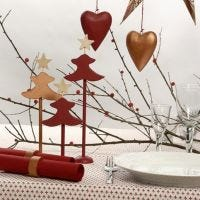 Kobber- og rødmalet bordpynt