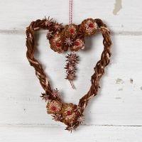 Flettet grenkrans i hjerteform med kogler og anisstjerner