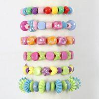 Armbånd af plastperler på kulørt elastik