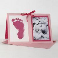 Pink invitation til barnedåb med billede og fodaftryk