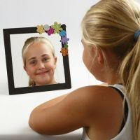 Spejl i malet ramme med pynt af mosgummi