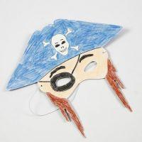 Farvelægning med farveblyanter af maske i karton