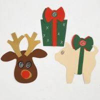 Rensdyr, julegave og julegris lavet af karton efter skabelon