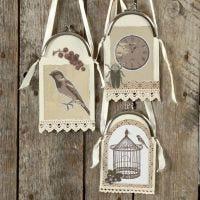 Ophæng af karton og designpapir i taskebøjle med satinbånd