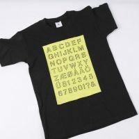 T-shirt med optegnet alfabet i malet felt