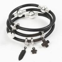 Sort læderarmbånd med charms og magnetlås