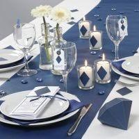 Borddækning og bordpynt med blå geometriske former