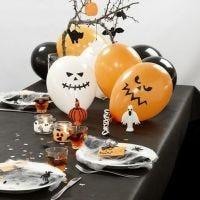 Halloween borddækning med spindelvæv, plastik edderkopper, balloner og andet pynt