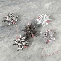 Flettede julestjerner pyntet med træperler
