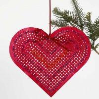 Malet og broderet hjerte af karton