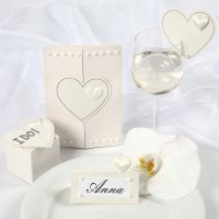 Bryllupsinvitationer, bordkort og bordpynt med satinhjerter