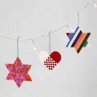 Hjerte og stjerner af rørperler på stiftplade