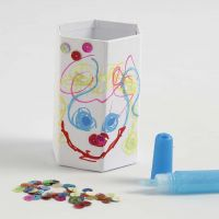 Sekskantet blyantholder med tuschtegning, glitter og pailletter