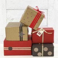 Julegaveindpakning i guld, rødt og sort