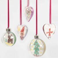 Todelt julekugle, stjerne og hjerte af plast pyntet med tusch og glitter