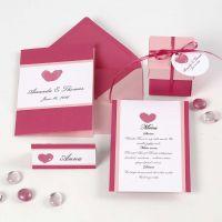 Indbydelse, bordkort, menukort og bordpynt i rosa og pink med hjerter
