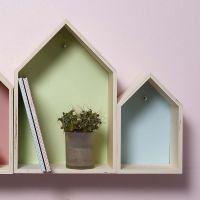 Trækasser udformet som huse dekoreret med karton