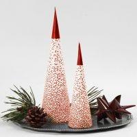 Lysdekoration til jul af papirkræmmerhus ovenpå et LED-fyrfadslys