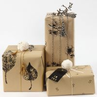 Julegaveindpakning med gavepapir dekoreret med aftryk