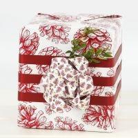 Julegaveindpakning med stor sløjfe af stjernestrimler