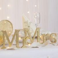 Mr og Mrs bogstaver i træ malet og dekoreret med glitter