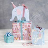 Baby shower gaveindpakning med elefant som pynt