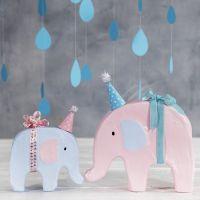 Elefant dekoreret med hobbymaling og lille festhat