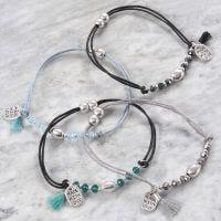 Armbånd med facetperler, metalperler og magnetisk smykkelås
