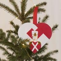 Flettet julehjerte med nøddeknækker som motiv