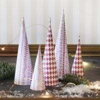 Juletræ af designpapir foldet som kegle