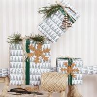 Julegaveindpakning med grantræ motiv og pynt i læderpapir