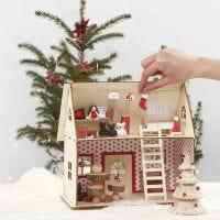 Julemandens hus med sne og tilbehør af Silk Clay, ispinde og papir