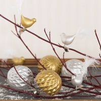 Glaskugle og glasfugl dekoreret med keramikmaling og pyntet med dun