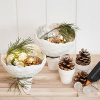 Skåle i gipsgaze med glitter opstillet på potter