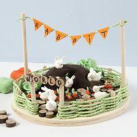 Miniature verden med kaniner og gulerødder i Silk Clay