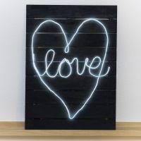 Neonskilt lavet på malet træplade med LED-lysledning
