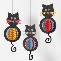 Katte af karton med farvestrålende maver og chenille haler